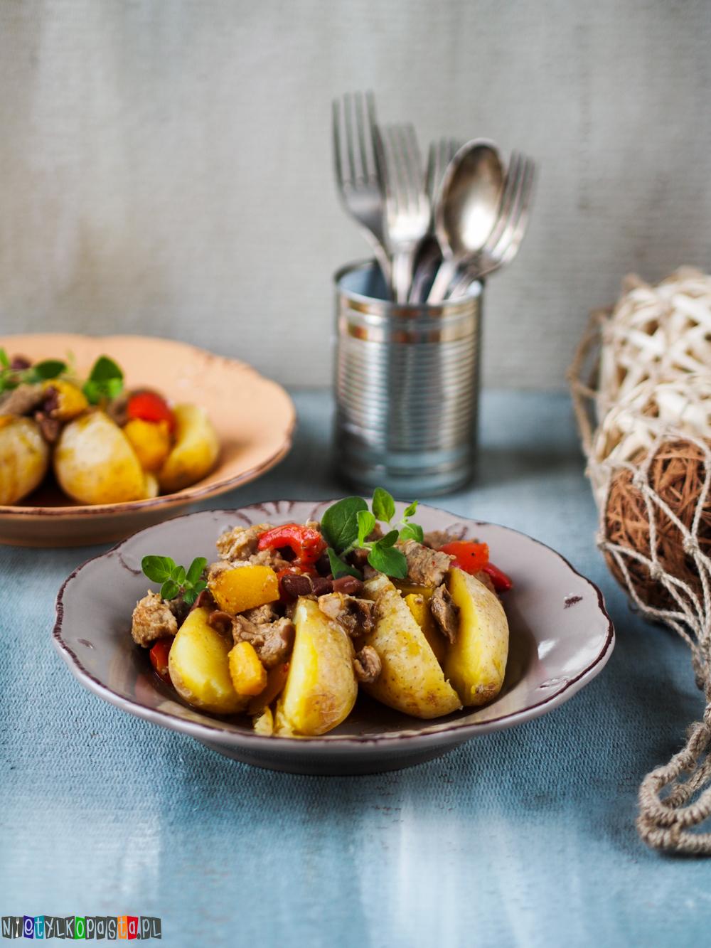 ziemniaki pieczone z gulaszem